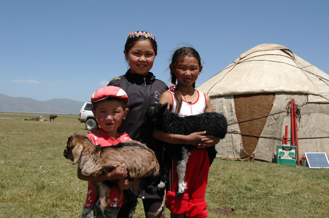 Son Kul - Children with lambs